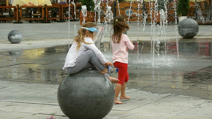Fountain Sphere Children  - Nowaja / Pixabay