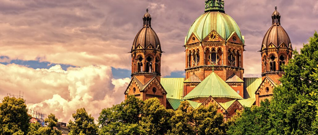 Church Cathedral Building  - Portraitor / Pixabay