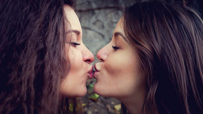 Kiss Love Valentine S Day Women  - un-perfekt / Pixabay